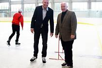 Starosta Ladislav Langr (vpravo) a místostarosta Ivan Uhlíř vyzkoušeli led nové haly