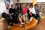 Návštěvníci knihovny mohli potkat knihovnice v netradiční obuvi.