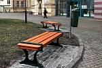 Nové lavičky před Základní školou Tyršova.