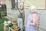 Zahradu v Ostré hlídá stádo velikonočních zajíců
