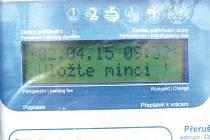 Parkovací automat u Obecního domu byl jeden ze tří ve městě, kde systém neupravil automaticky čas.