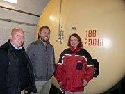 Před jedním z nových tanků v dobudovaném ležáckém sklepu zleva podsládek Karel Lövenhöfer a Jan Benák z marketingového oddělení pivovaru.