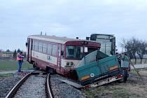 Ke srážce došlo na nechráněném přejezdu u Běrunic, vlak vykolejil. Foto: Deník/ Miroslav S. Jilemnický