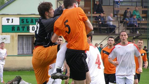Z fotbalového utkání I.B třídy Ratboř - Ostrá (1:5)