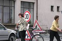 Poděbrady zažívají v těchto dnech ve špičkách dopravní peklo. Silničáři a dělníci na stavbě městských cyklostezek pracují na mnoha místech. Těžké chvíle prožívají i chodci.
