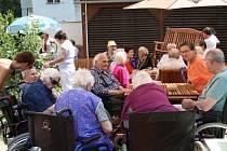 Luxor, poskytovatel sociálních služeb Poděbrady, otevřel pro své klienty nové posezení na zahradě.
