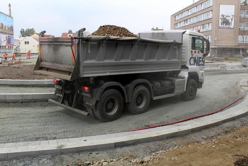 Stavební práce na druhém kruhovém objezdu u budovy ředitelství Policie ČR v Nymburce.