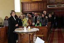 Opravená modlitebna v Hořátvi se zcela zaplnila lidmi.