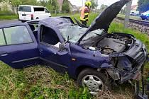 Po nehodě v Třebestovicích skončilo auto u kolejí.