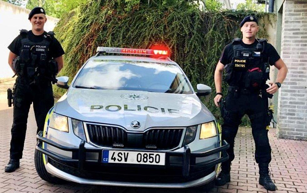 Nadstrážmistři Filip Adamec a Vít Čepelák - policisté z milovického oddělení, kteří zachránili život ženě, která se topila v Jizeře.