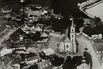 Letecký snímek Kostelního náměstí.