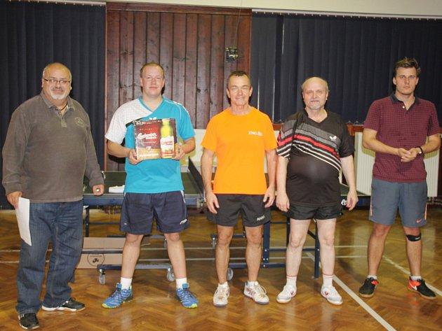 Nejlepší stolní tenisté. Zleva jsou hlavní rozhodčí Jiří Sobotka, čtvrtý Daniel Kloz, třetí Tomáš Suchomel, vítěz Sláva Piroutek, druhý Martin Blažek.