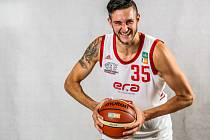 Nymburský basketbalista Zach Hankins.