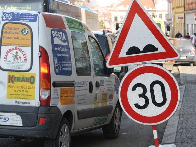 Nejhorší situace s výtluky na silnici řeší silničáři v Brandýse nad Labem.