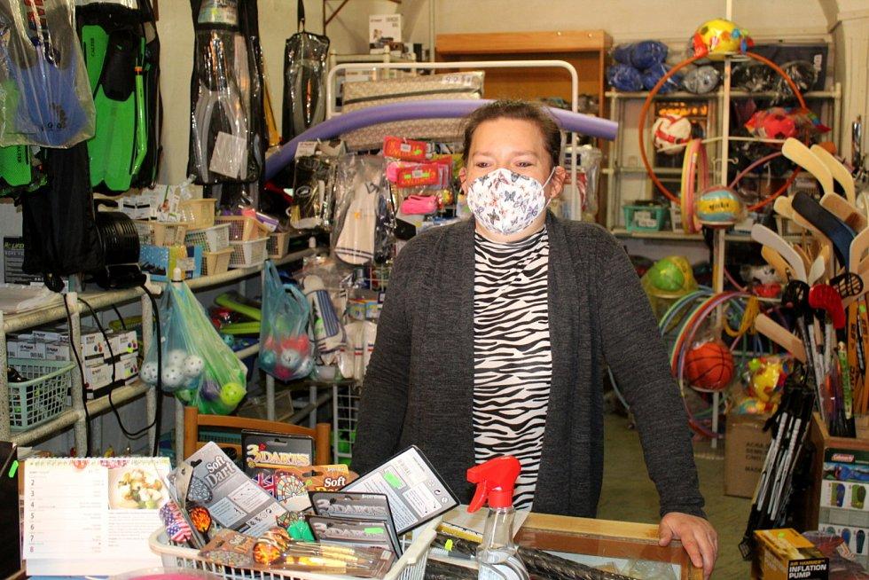 Lidé vyrazili na nákupy do znovu otevřených obchodů také v Nymburce.