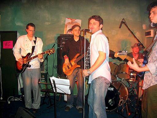 The Hitfakers v kavárně U tanečnice. Zleva Kuchař, Lacina, A. Llupi, Novotný a E. Llupi.