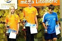 ZÁŘILY. V hlavním závodě 200 metrů volný způsob zvítězila v novém rekordu závodu Natálie Drahovzalová, druhé místo obsadila její oddílová kolegyně Barbora Šilarová (vlevo)