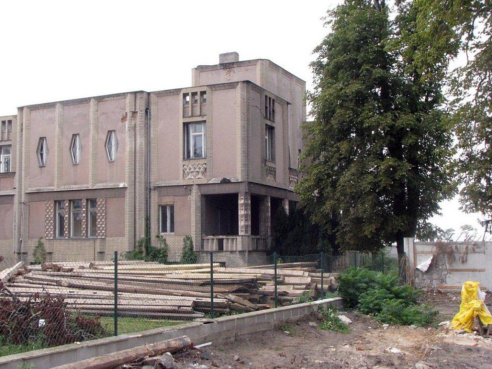 Kubistická vila v Lysé nad Labem - Litoli, která už několik let chátrá. 650 lidí podepsalo petici za její záchanu.