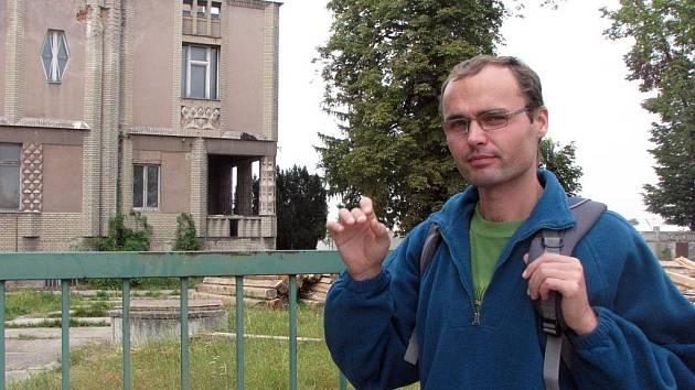Kubistická vila v Lysé nad Labem - Litoli, která už několik let chátrá. 650 lidí podepsalo petici za její záchanu. Na snímku Stanislav Svoboda, jeden z hlavních iniciátorů petice.