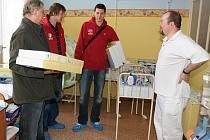 Zástupci basketbalového klubu Nymburk předali dar porodnici