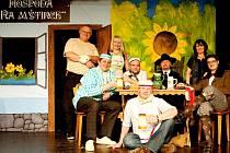 Na snímku (zleva): Jiří Folprecht, Jaroslav Merta st., Martina Bádalová, Tomáš Krombholz, Břéťa Bádal, Vráťa Lébl, Irena Mertová, Jára Merta ml.