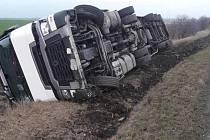 Dopravní nehoda 'náklaďáku' u obce Městec Králové 13. ledna 2020.