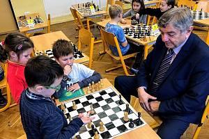 Starosta Lysé nad Labem Karel Otava mezi dětmi na šachovém kroužku.