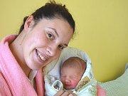 MATYÁŠ Vondráček se narodil ve čtvrtek 14. prosince 2017 v 9.17 hodin s mírami 51 cm a 3 260 g. Z prvorozeného se radují rodiče Marek a Michaela z Peček. Dopředu prozrazený kluk třeba bude sportovec po mamince.