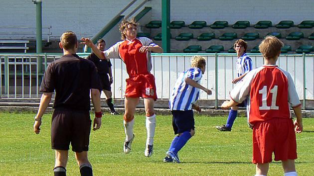 Nymburský Petr Pulda (ve výskoku) dal jediný gól svého týmu.