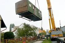 Stěhování poštovního vagónu ze zahrádky na návěs kamionu