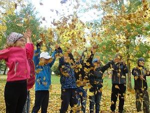 Školáci zdobí kořeny a pořádají listové bitvy