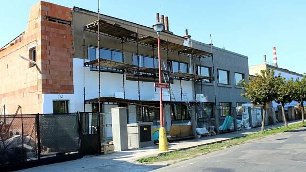 Dosud chátrající a ostudu dělající dům v Jungmannově ulici poblíž přejezdu u skláren má získat novou podobu a také náplň.
