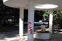 Vandal poničil sloupy zastřešení vřídla Trnkova pramene u nádraží v Poděbradech.