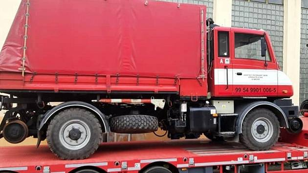 Na tahač tak byl vytažen dvoucestný automobil TA S-2 Praga UV 80, který je mimořádným pomocníkem i proto, že může jezdit jak po silnicích, tak po kolejích. Do opravy s ním musel také automobilový jeřáb na podvozku Tatry 815.