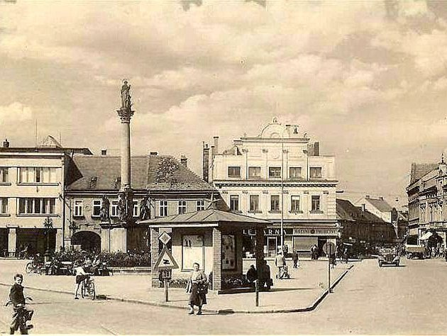 Nymburské náměstí Přemyslovců měnilo ve 20. století podobu nejen díky přestavbám domů, které jej lemují. Znají ještě pamětníci domeček, který stál přímo v rohu  uvnitř náměstí?