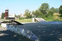 Stávající stav skateparku a sousedního asfaltového hřiště Na Hasičárně.