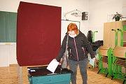 V nové přístavbě školy letos volili občané Sadské poprvé.
