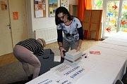 Krátce po poledni začaly předsedkyně volební komise a zapisovatelka připravovat volební místnost ve vile Tortuga na nymburském Zálabí.