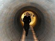 Návštěvnické centrum Vodní dům v obci Hulice. Návštěvníci se mimo jiné mohou předčit, jak vypadá betonové potrubí o průměru 2,5 metru: gravitační přivaděč, jímž voda díky výškovému rozdílu 30 metrů proudí až k 50 kilometrů vzdálené Jesenici.