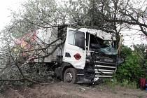 O velkém štěstí může mluvit řidič kamionu, který ve středu před dvanáctou hodinou usnul na třicátém kilometru na dálnici D 11 směrem na Prahu. Jeho kamion sjel ze silnice a sundal dva stromy. Řidič vyvázl bez zranění.