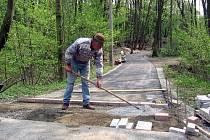 V serpentinách na silnici mezi Loučení a Vlkavou se dá na cyklostezku také najet. V tomto úseku ale musí být cyklisté opatrní, protože stezka přetíná silnici.