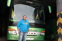 Vladimír Mazánek u svého autobusu