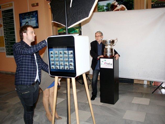 Focení s FED cupem v hale nymburského Sportcentra