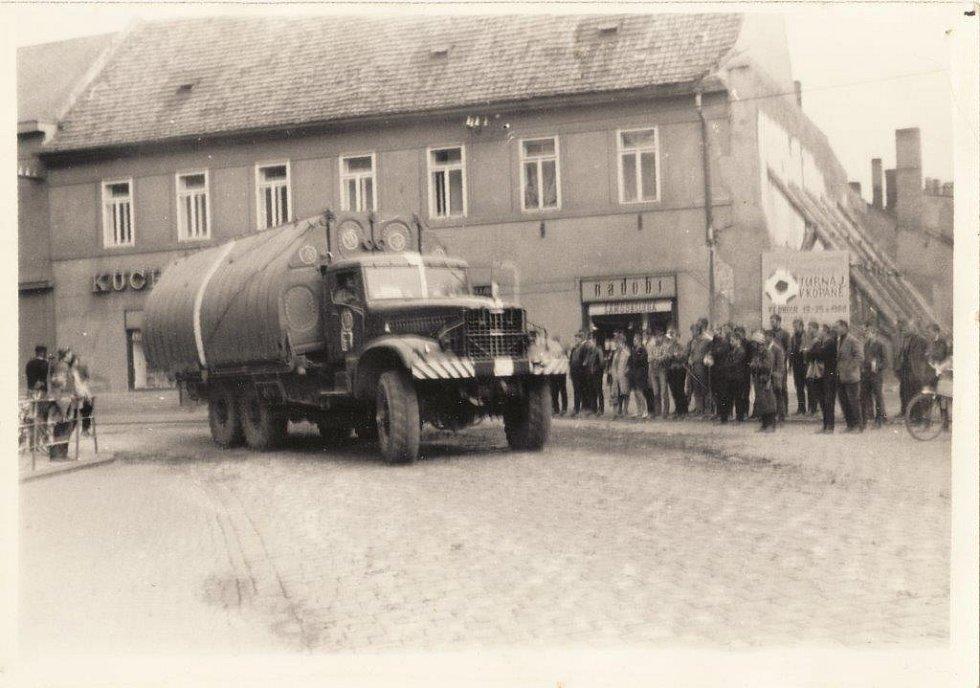 Okupační vojska v Nymburce na náměstí a kamenném mostě na Zálabí