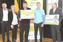 Pro cenu přijel ředitel školy Pavel Jareš (třetí zleva), hlavní iniciátor sbírky a kamarád Járy Dominik Čapek (druhý zprava) a tatínek Josef Koflák (první vpravo).