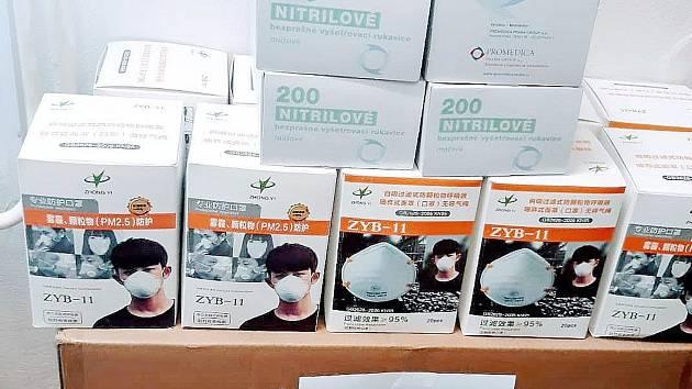 Vládní dodávka ochranných pomůcek pro nymburskou nemocnici, v níž není ani jeden respirátor FFP3.