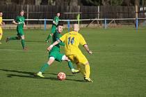 Z fotbalového utkání divizní skupiny B Polaban Nymburk (v zeleném) - Neratovice-Byškovice