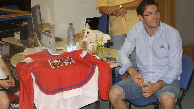 Hokejový mistr světa Petr Čáslava při autogramiádě v Poděbradech
