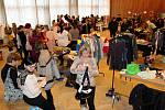 Sál Obecního domu v neděli odpoledne zaplnily stánky hlavně s oblečením.