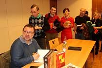 Investigativní novinář Jaroslav Kmenta zaplnil sál Obecního domu při besedě o knize Rudý Zeman.